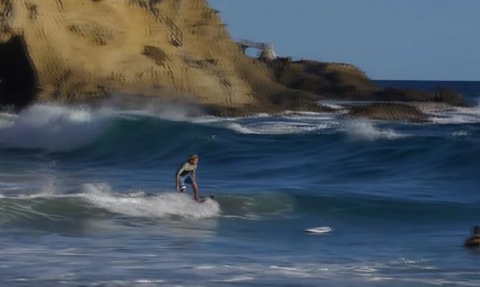 Surfista troca de prancha ao mesmo tempo que surfa onda. É um truque que não se vê todos os dias!