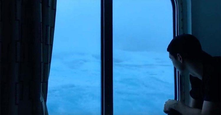 Passageiro capta imagens aterradoras da agitação das ondas durante cruzeiro