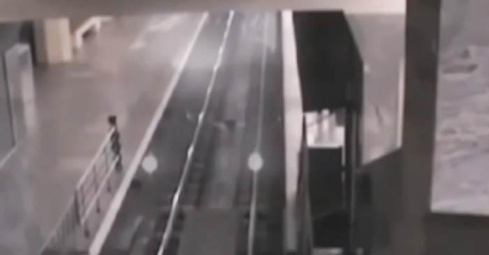 """Câmaras de segurança de estação apanham """"comboio fantasma"""" Dá arrepios!"""