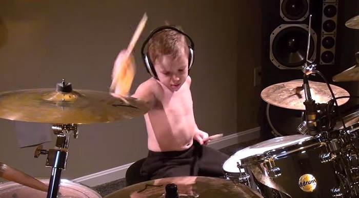 Criança de 6 anos dá grande show a tocar Guns N' Roses na bateria