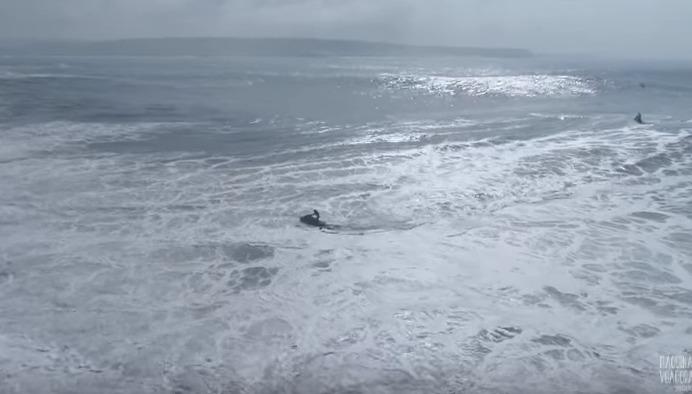 A dificuldade que é surfar uma onda gigante de Nazaré