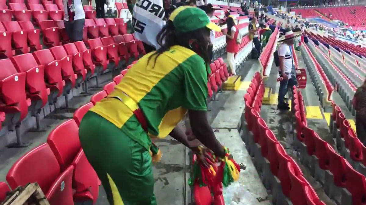 Adeptos do Senegal mostraram grande civismo e limparam as bancadas depois dos festejos da vitória