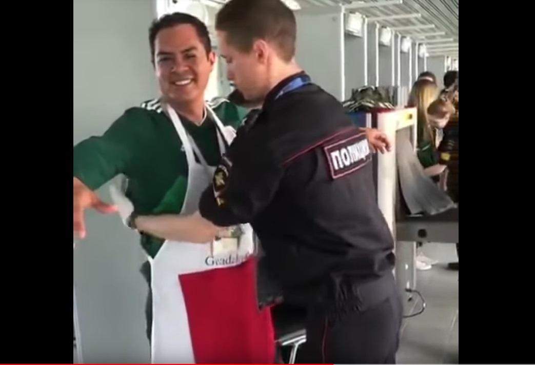 Adepto do México surpreende o segurança enquanto é revistado no Mundial de 2018