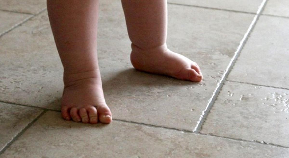 Especialistas recomendam as crianças a andarem o máximo tempo possível descalças
