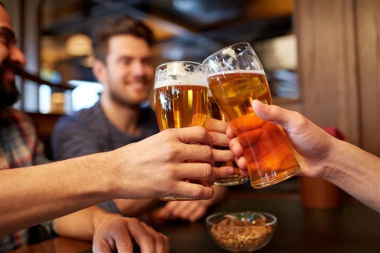 As pessoas que bebem cerveja, vinho e comem chocolate vivem mais tempo