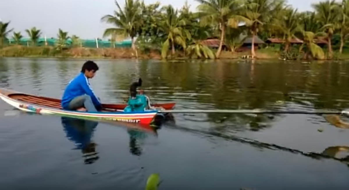 Pequeno barco de madeira transformado num barco super rápido