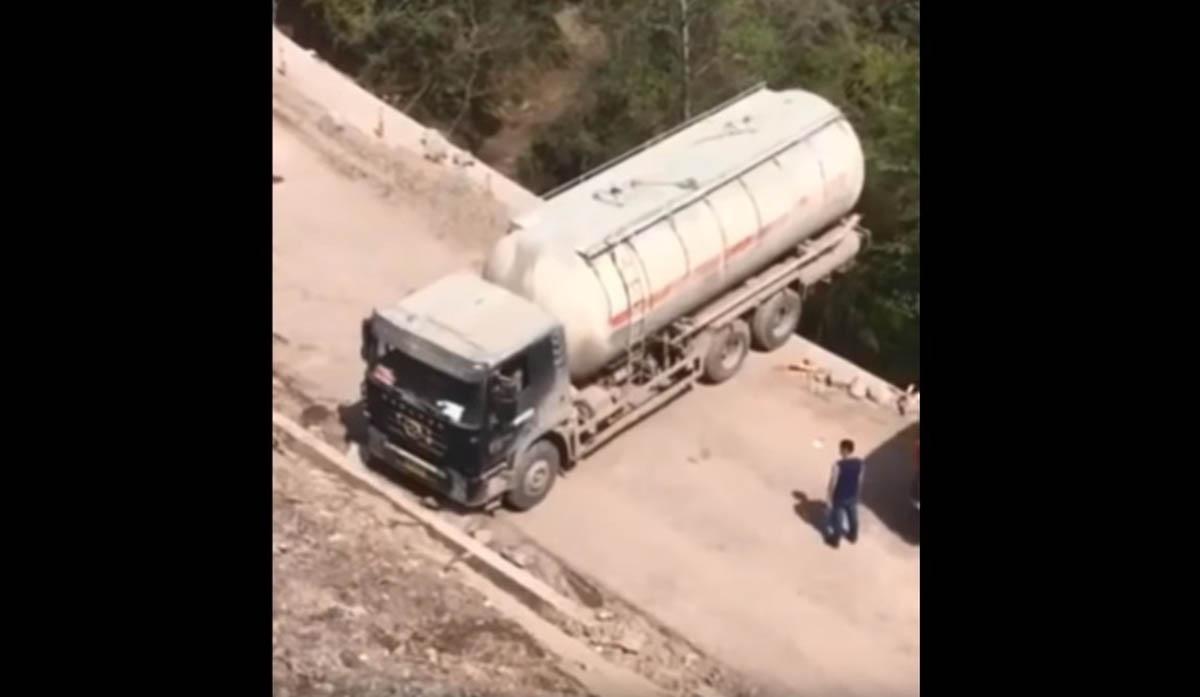 Camionista vira camião com manobra de loucos!