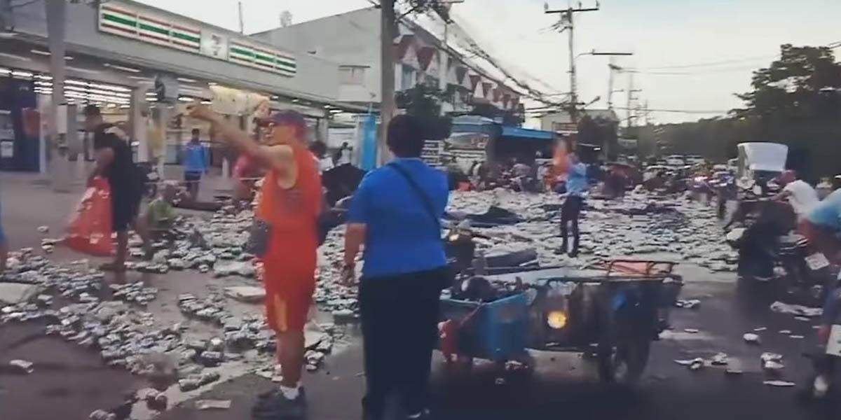 Camião deixa cair milhares de latas de cerveja na Tailândia. Foi a loucura!