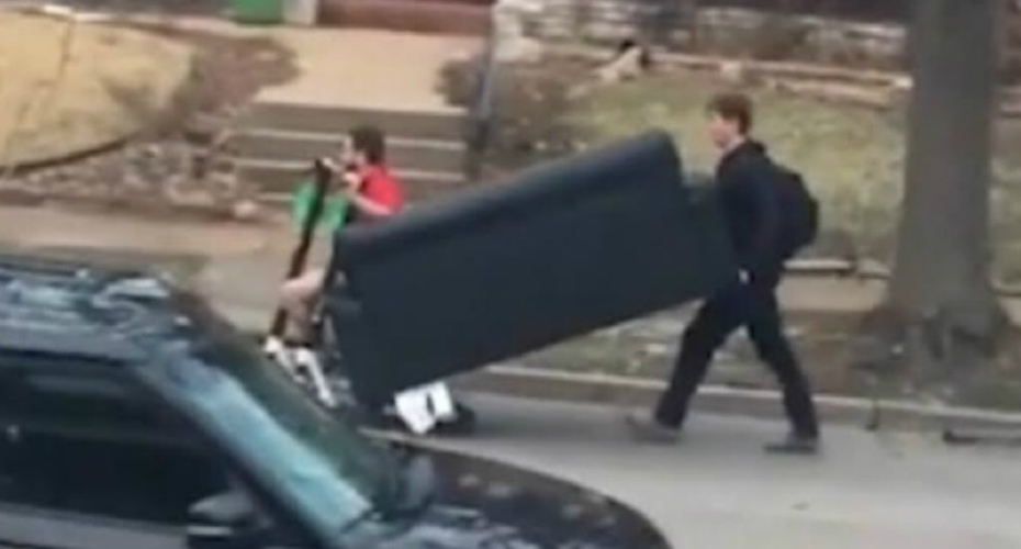 Estudante transportam sofá de forma original