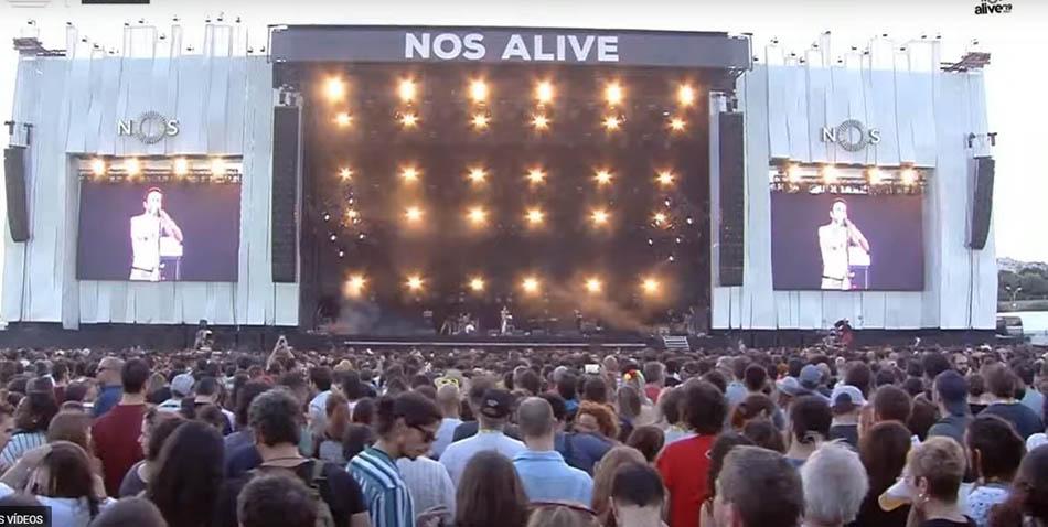 """Publico do NOS Alive canta em coro """"Ouvi Dizer"""" dos Ornatos Violeta"""