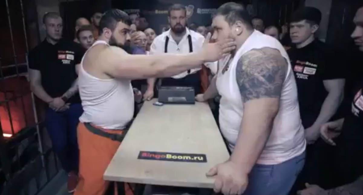 Torneio de chapadas entre brutamontes em prisão na Rússia