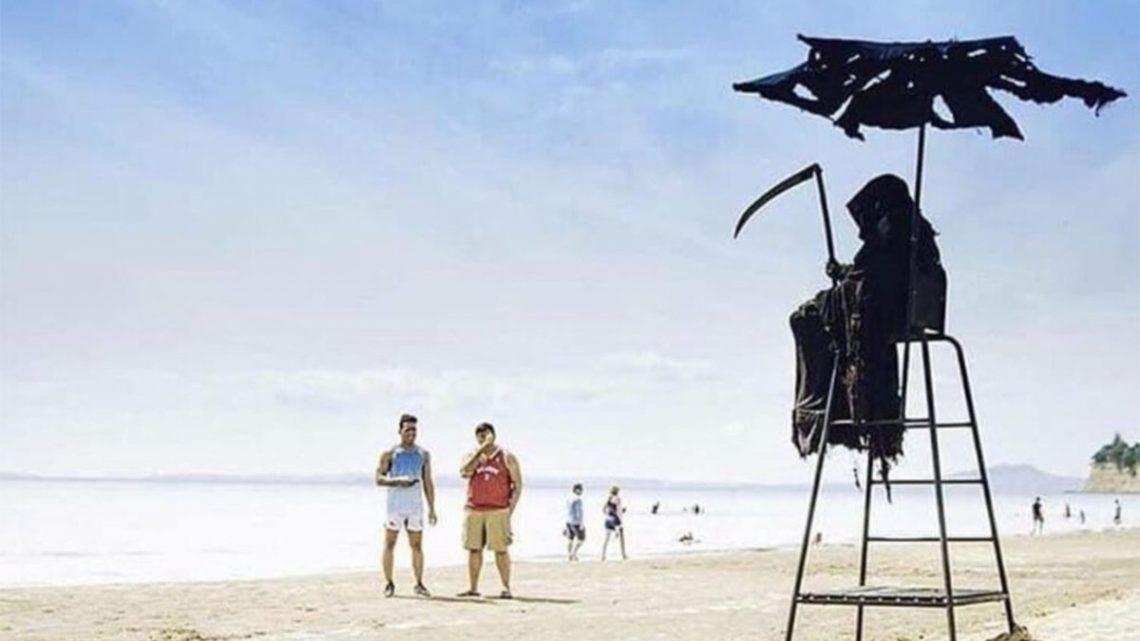 Advogado americano veste-se de morte para passear pelas praias da Florida
