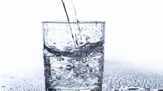 Truques para beberes mais água enquanto estás em casa