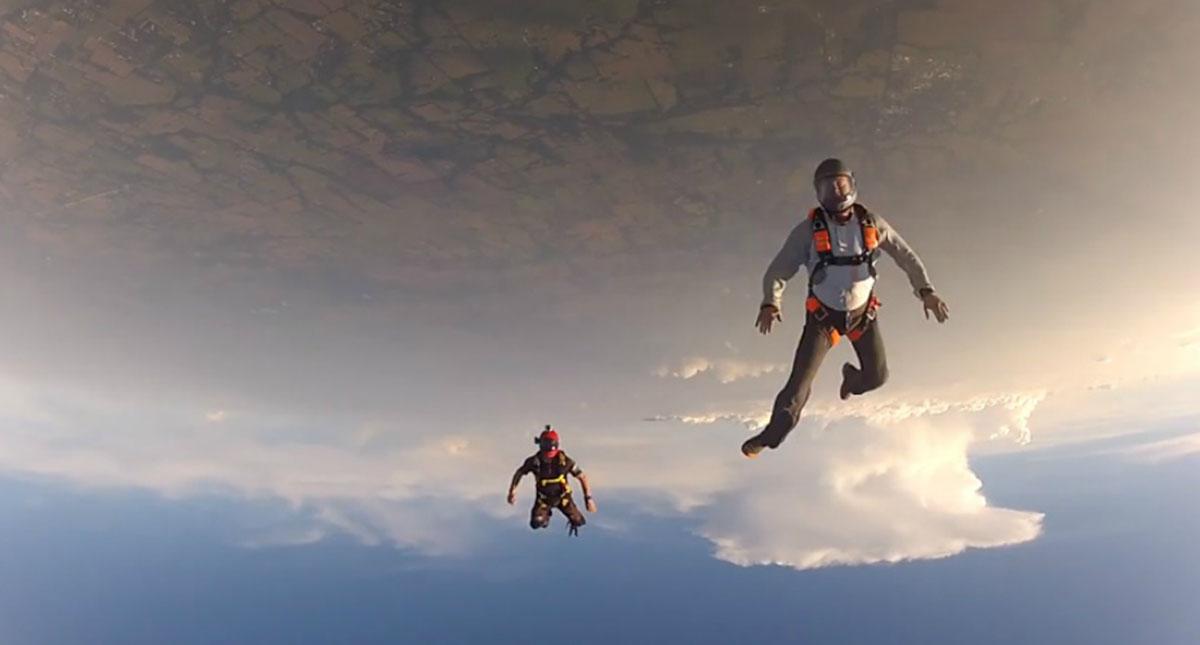 Vídeo impressionante de paraquedista a salvar colega inconsciente em pleno salto!