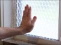 Ele coloca plástico bolha na janela… Quando vires o resultado… UAU! Que ideia genial!